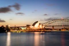 SYDNEY - Oktober 12: Sydney Opera House sikt på Oktober 12, 2017 i Sydney, Australien SYDNEY Opera House sikt på natten Arkivfoton