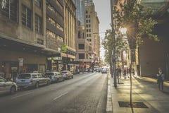 SYDNEY - OKTOBER 27: Turister längs stadsgator, Oktober 27, 20 Arkivbild