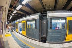 SYDNEY - OKTOBER 2015: Sydney-Untergrundbahn kommt zu Station S Lizenzfreie Stockfotografie