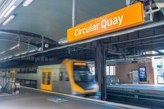 SYDNEY - OKTOBER 2015: Sydney-Untergrundbahn kommt zu Station S Lizenzfreie Stockfotos