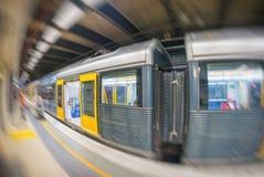 SYDNEY - OKTOBER 2015: Sydney-Untergrundbahn kommt zu Station S Lizenzfreies Stockfoto