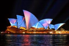Sydney Opera Hosue a illuminé dans les bandes bleues et rouges de mouvement Images libres de droits