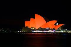 Sydney Opera House baadde in rood voor Chinees Maannieuwjaar Stock Foto
