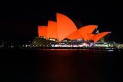 Sydney Opera House badade i rött för kinesiskt mån- nytt år Royaltyfria Bilder