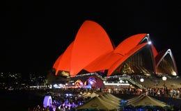 Sydney Opera House badade i rött för kinesiskt mån- nytt år Arkivbild