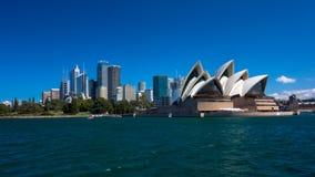 Sydney Opera House beskådade från vattnet Arkivbild