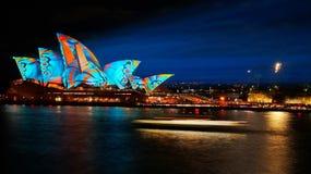 Sydney Opera House brille lumineux pendant Sydney vif 2017 Images stock