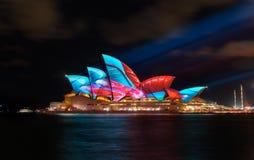 Sydney Opera House com o colorido vívido iluminado fotos de stock