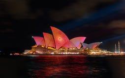 Sydney Opera House com o colorido vívido iluminado imagens de stock