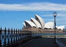 Sydney Opera House como visto abaixo da ponte do porto Imagem de Stock Royalty Free