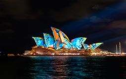 Sydney Opera House con colourful vivo illuminato immagine stock