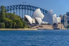 Sydney Opera House con el puente del puerto Foto de archivo