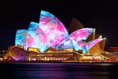 Sydney Opera House con Sydney viva imagen de archivo libre de regalías