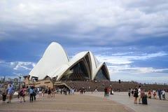 Sydney Opera House, de operahuis van het reizigersbezoek op zonnige dag A Stock Fotografie