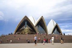 Sydney Opera House, de operahuis van het reizigersbezoek op zonnige dag A Stock Foto's