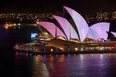 Sydney Opera House decorou com cor e teste padrão Sydney vívido Fotografia de Stock Royalty Free