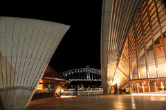Sydney Opera House e ponte del porto acceso alla notte Fotografie Stock Libere da Diritti