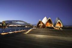 Sydney Opera House e ponte do porto na noite Foto de Stock Royalty Free