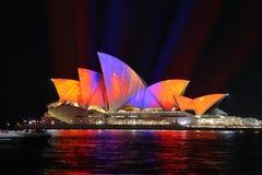Sydney Opera House en los colores anaranjados y púrpuras para vivo Imágenes de archivo libres de regalías