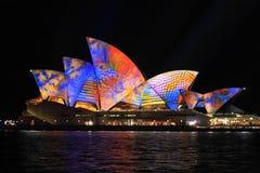 Sydney Opera House en multicolor Imágenes de archivo libres de regalías