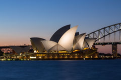 Sydney Opera House et pont de port au crépuscule Photos stock