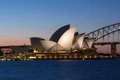 Sydney Opera House et pont de port au crépuscule Photos stock