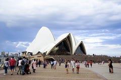 Sydney Opera House finns det många handelsresande från runt om woen arkivfoton