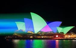 Sydney Opera House glanst in groen en blauw Stock Foto