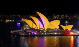 Sydney Opera House gloeiend in kleur voor Levendig Sydney Royalty-vrije Stock Fotografie