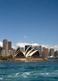 Sydney Opera House - großes blaues copyspace lizenzfreie stockbilder