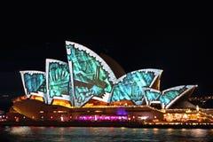 Sydney Opera House i livliga Syndey 2014 Arkivbilder