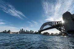 Sydney Opera House med hamnbron arkivbilder