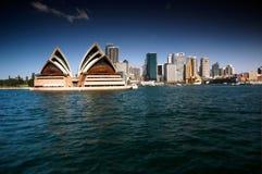 Sydney Opera House med Sydney CBD i baksidajordning arkivbilder