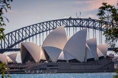 Sydney Opera House met Sydney Harbour Bridge royalty-vrije stock afbeeldingen