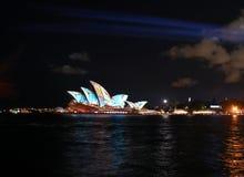 Sydney Opera House met kleurrijke lichte ontwerpbeeldspraak die wordt verlicht Stock Afbeelding