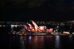 Sydney Opera House met kleurrijke lichte ontwerpbeeldspraak die wordt verlicht Royalty-vrije Stock Foto's