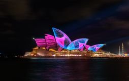 Sydney Opera House mit belichtetem klarem buntem Stockbilder