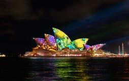 Sydney Opera House mit belichtetem klarem buntem Lizenzfreie Stockbilder