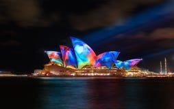 Sydney Opera House mit belichtetem klarem buntem Lizenzfreie Stockfotos