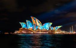 Sydney Opera House mit belichtetem klarem buntem Stockbild