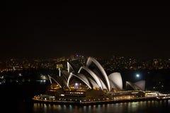 Sydney Opera House nachts von der Hafen-Brücke, Australien stockfotos