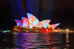 Sydney Opera House nella progettazione colourful dei cerchi Immagini Stock