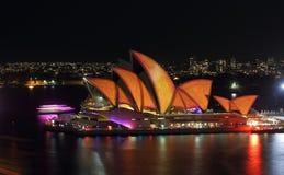 Sydney Opera House no queimado Sydney vívido alaranjado e amarelo Fotografia de Stock