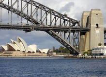 Sydney Opera House och bro Royaltyfria Bilder