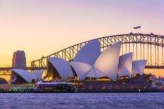 Sydney Opera House och för bro Iconic solnedgång, Australien Royaltyfri Foto
