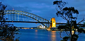 Sydney Opera House och hamnbro Fotografering för Bildbyråer