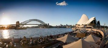 Sydney Opera House och hamnbro på sundowners arkivfoto