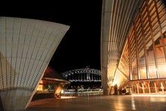 Sydney Opera House och hamnbro som tänds på natten royaltyfria foton