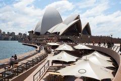 Sydney Opera House och utomhus- uppfriskningområden Fotografering för Bildbyråer