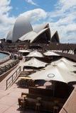 Sydney Opera House och utomhus- uppfriskningområden Arkivbilder